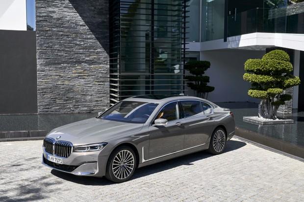 A versão híbrida plug-in do BMW Série 7 virá para o Brasil.