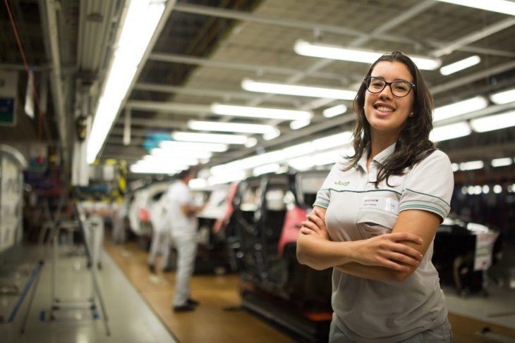 Juliana na fábrica da Jeep